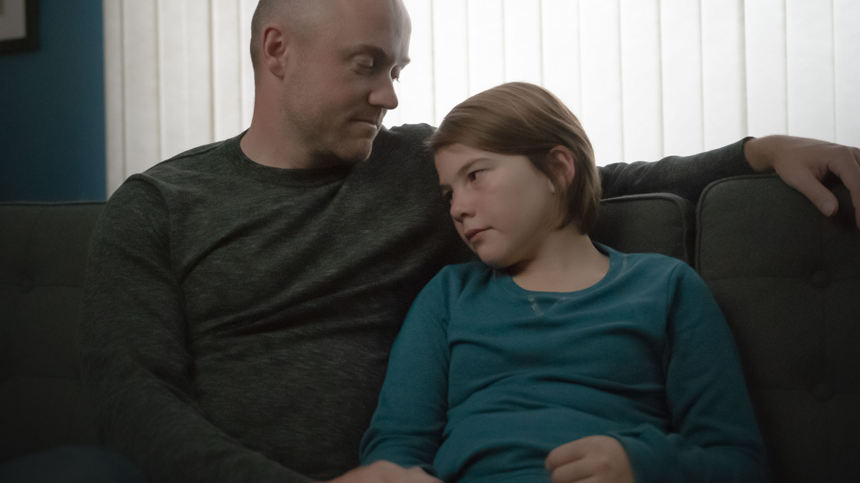 Jeremy assis à côté de sa fille.
